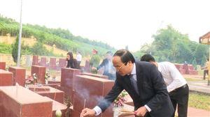 Đoàn đại biểu tỉnh Phú Thọ viếng Nghĩa trang liệt sĩ mặt trận Tu Vũ huyện Thanh Thủy