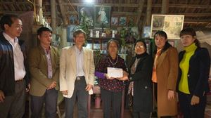 Hội Bảo trợ người tàn tật và trẻ em mồ côi tỉnh Phú Thọ trao tiền hỗ trợ sửa nhà cho người khuyết tật xã Sơn Thủy