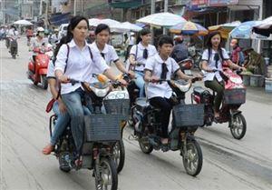 Nhiều học sinh chưa đội mũ bảo hiểm khi tham gia giao thông