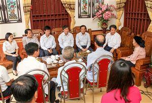 Bí thư Tỉnh ủy Hoàng Dân Mạc thăm, tặng quà người có công, gia đình chính sách