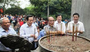 Nguyên Chủ tịch Quốc hội Nguyễn Sinh Hùng dâng hương tưởng niệm các vua Hùng