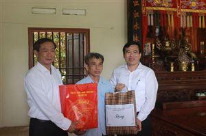 Đồng chí Đinh Công Thực - UVBTV, Chủ nhiệm Ủy ban Kiểm tra Tỉnh ủy thăm, tặng quà đối tượng chính sách tại huyện Thanh Thủy