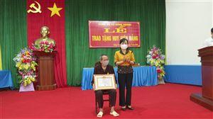 Đồng chí Nguyễn Thị Thanh Huyền – Trưởng Ban Dân vận Tỉnh ủy trao Huy hiệu Đảng tại huyện Thanh Thủy