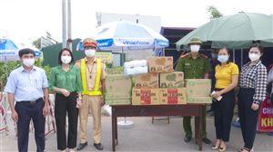Phụ nữ Thanh Thủy trao tặng nhu yếu phẩm tại chốt kiểm soát dịch Covid-19