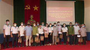Nhóm Thiện nguyện Thanh Thủy tặng quà tới hội viên Hội Nạn nhân chất độc da cam/dioxin