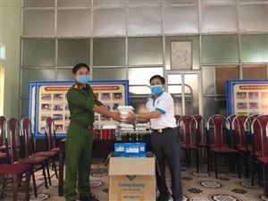 Nhóm Thiện nguyện huyện Thanh Thủy trao nhu yếu phẩm trị giá hơn 20 triệu đồng cho lực lượng nơi tuyến đầu chống dịch