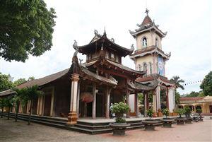 Nhà thờ Hoàng Xá được xây dựng theo lối kiến trúc phương Đông, khác lạ so với các nhà thờ khác tạo nên nét độc đáo, thu hút du khách