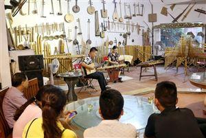 Du khách thưởng thức âm nhạc truyền thống tại Nhạc đường Bá Phổ